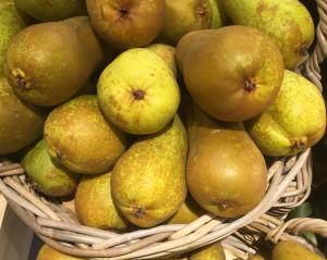 Regionales, saisonales Obst ist importierten exotischen Früchten vorzuziehen.
