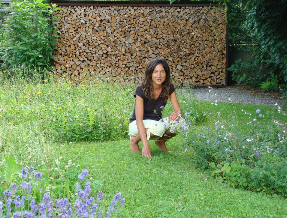Für Wildpflanzenliebhaberin Andrea Stadler gehören selber gesammelte Kräuter zur täglichen Ernährung. – Fotos: zvg