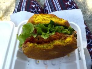 Verzeiht mir, dass ich angebissenes Essen zeige, aber nur so ist das Innenleben des Burgers und die Farbe des Brötchens wirklich sichtbar.