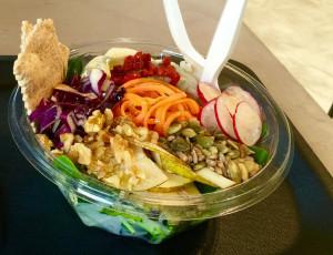 Bunter Salat mit vielen Superfood-Toppings im V3Raw.