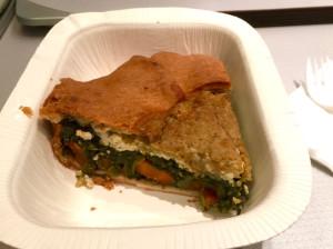 Picknick auf der Heimfahrt im Zug – pikante Algen-Gemüse-Tofu-Tarte im Stile der englischen Pies.