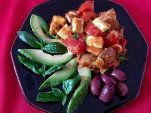 Rohes Ratatouille wird von frischem Basilikum, Avocado und Oliven perfekt ergänzt.