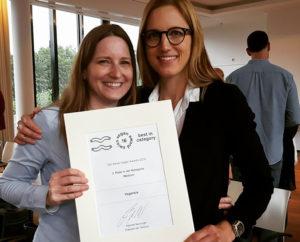 Die Vegansis-Schwestern mit ihrer Urkunde des Swiss Vegan Awards. – Foto: www.vegansis.ch