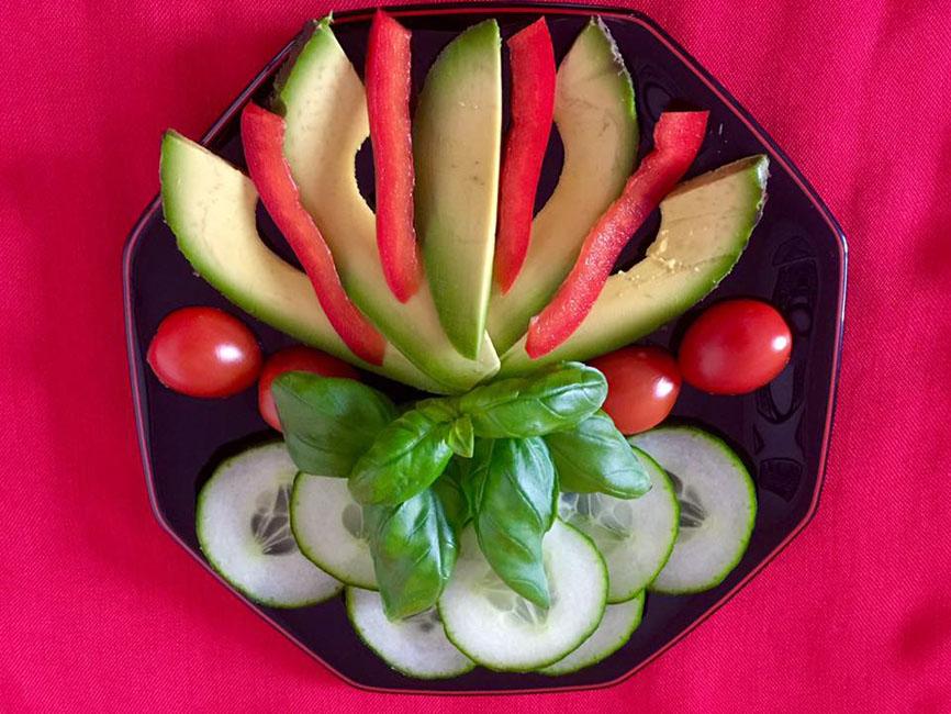 Butterbirnen-Schnitze als Blickfang eines bunten Salates...