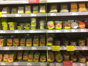 Eine der Kühlvitrinen im Interspar, die nur mit veganen Produkten befüllt ist.