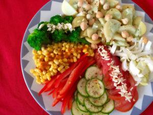 Abends kann man eine Riesenplatte mit Salaten, Gemüsen, Kartoffeln und Hülsenfrüchten essen, ohne zuzunehmen. Da ist auch ein Nachschlag kein Problem.