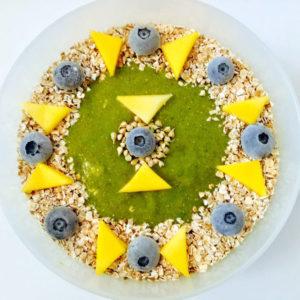 Eine grosse Greensmoothie-Bowl mit knusprigen Toppings ist eine ideale erste Mahlzeit des Tages.