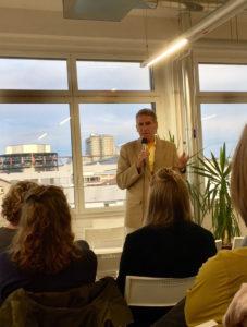 Firmengründer und Inhaber A. Walter Dänzer erzählt aus seinem Leben und informiert über die Geschichte von Soyana. – Alle Fotos: Barbara Würmli