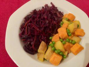 Ein auf den ersten Blick deftiges Hauptgericht, dass sich aber sehr gut zum abnehmen eignet. Rotkraut mit Süss- und normalen Kartoffeln und Erbsen an einer leichten Safransauce. Vollwertig aber kalorienarm, wenn fettarm zubereitet.