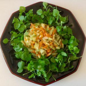 Gemischte Salate – bestenfalls mit Wildkräutern – sind eine tolle leichte Mahlzeit, zum Beispiel mittags. Diätprogramme die nur auf Obst und Gemüse basieren und man dieses vielleicht sogar noch abwiegen muss, sind aber nicht zu empfehlen.
